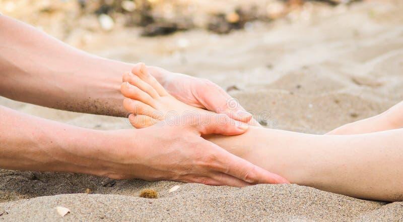 Voetmassage in Kaukasisch zand, mannetje en wijfje royalty-vrije stock foto's