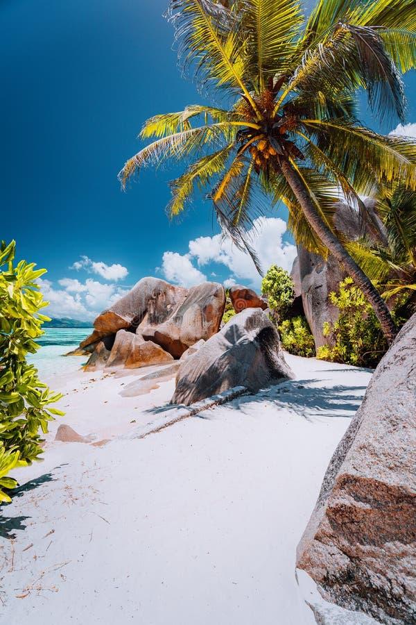 Voetpad aan de tropische Bron D ?Argent van strandanse tussen granietrotsen en palmen, het Eiland van La Digue, Seychellen royalty-vrije stock fotografie