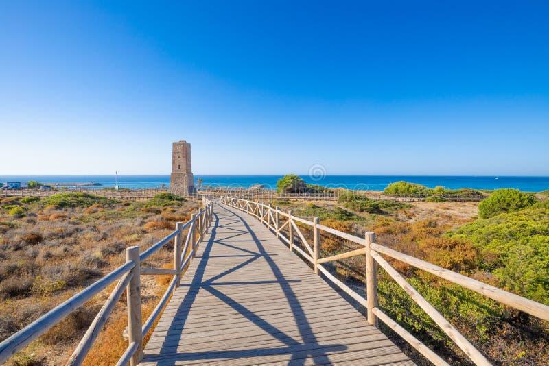 Voetpad aan Dieventoren in het Natuurreservaat van Artola naast Middellandse Zee in Malaga stock foto's