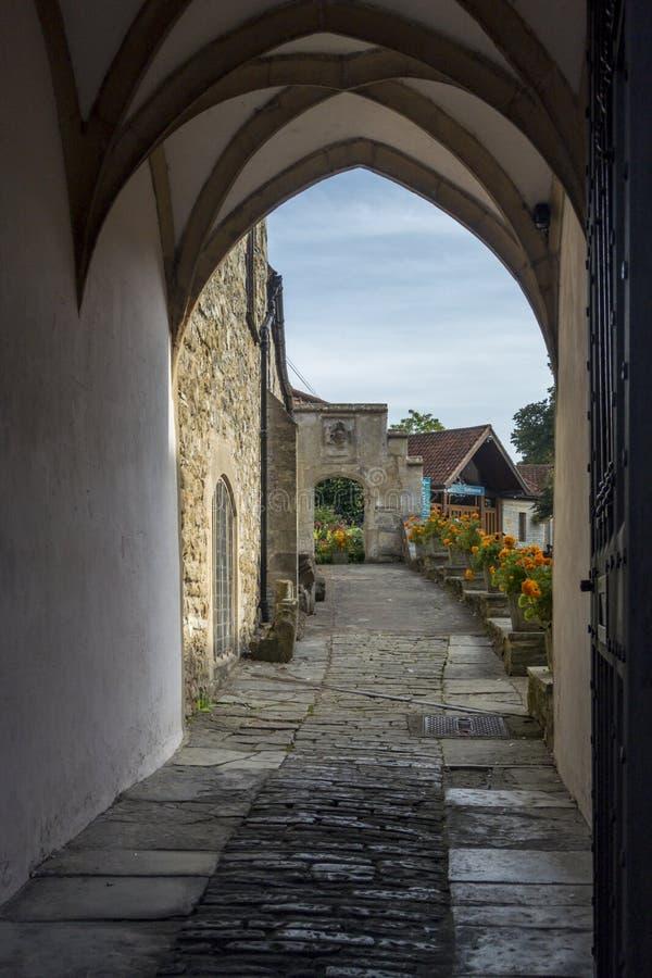 Download Voetpad Aan Glastonbury-Abdij Stock Afbeelding - Afbeelding bestaande uit steen, middeleeuws: 54087487