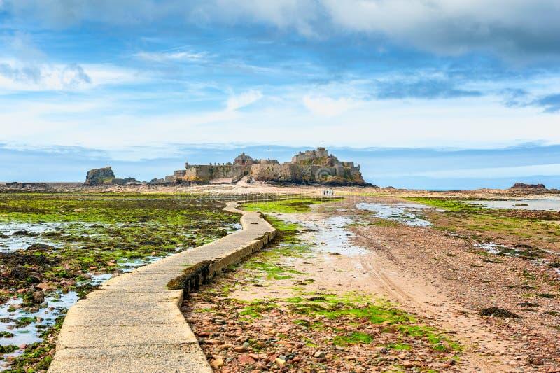 Voetpad die tot Elizabeth Castle Jersey leiden stock foto