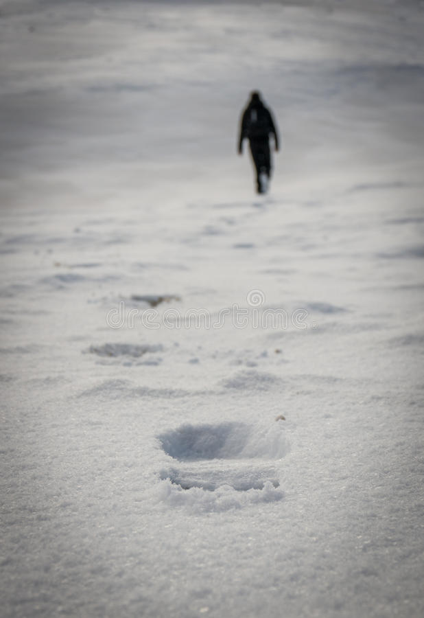 Voetstappen in de sneeuw stock foto's