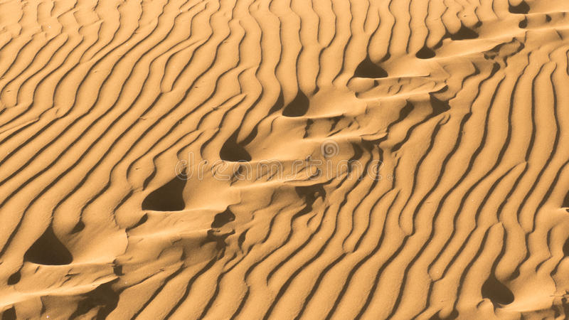 Voetstappen in het zand royalty-vrije stock afbeeldingen