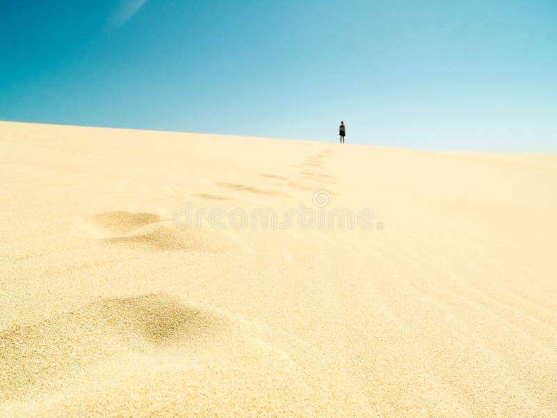 Voetstappen in het zand in de woestijn stock fotografie