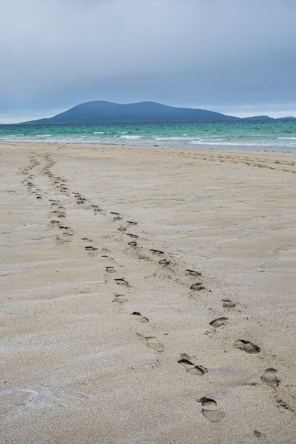 Voetstappen in het zand op het mooie Luskentyre-strand, Eiland van Harris stock foto