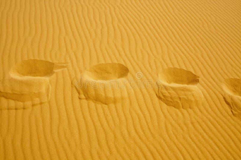 Voetstappen op de textuur van zandduinen royalty-vrije stock fotografie