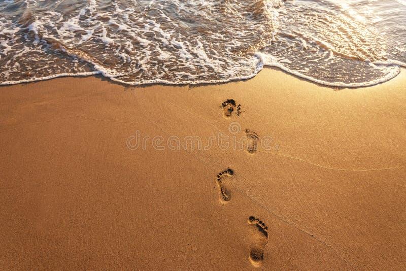 Voetstappen op het strand royalty-vrije stock afbeelding