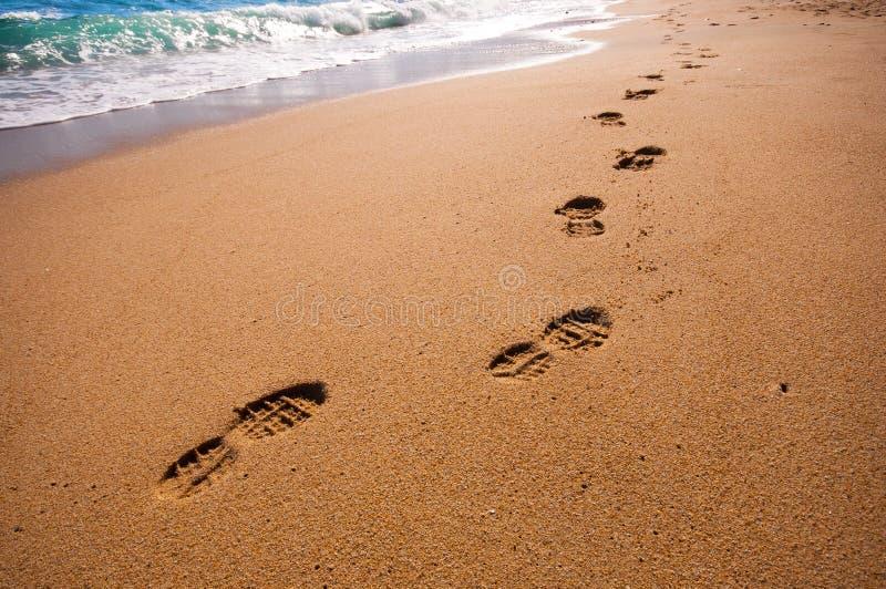 Voetstappen op het strand royalty-vrije stock fotografie
