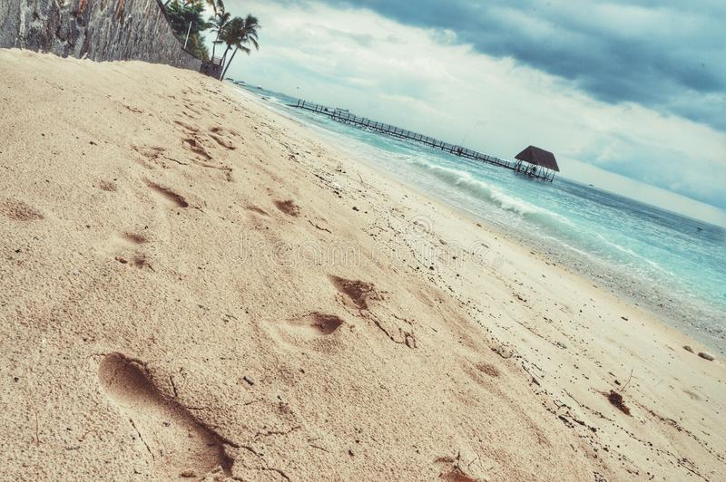 Voetstappen op het zand royalty-vrije stock fotografie