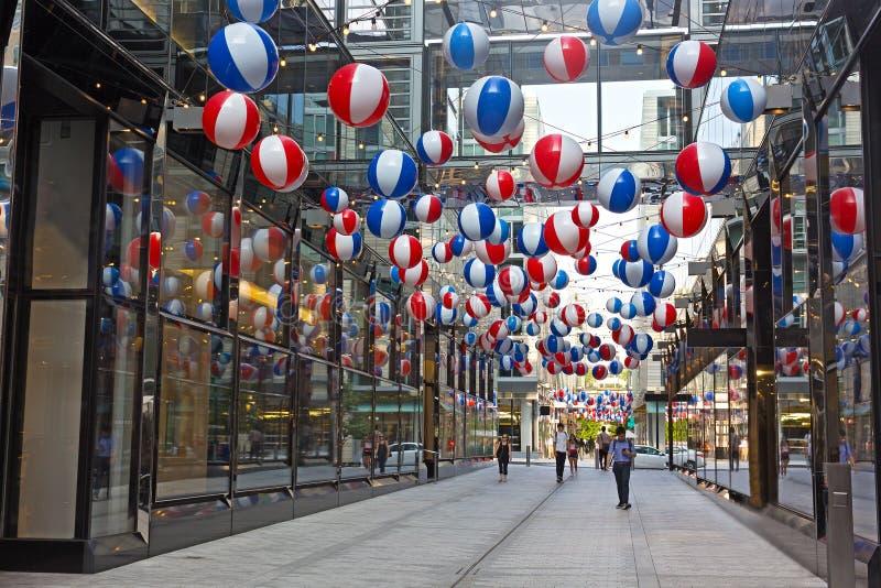 Voetsteeg met kleurrijke ballonsinstallatie op Stadscentrum binnen de stad in van Washington DC royalty-vrije stock fotografie