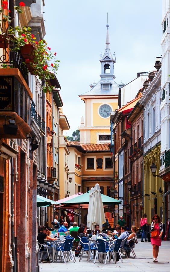 Voetstraat bij oud deel van Oviedo stock fotografie
