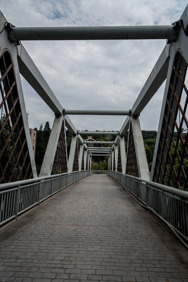 Voetviaduct met blauwe hemel stock foto's