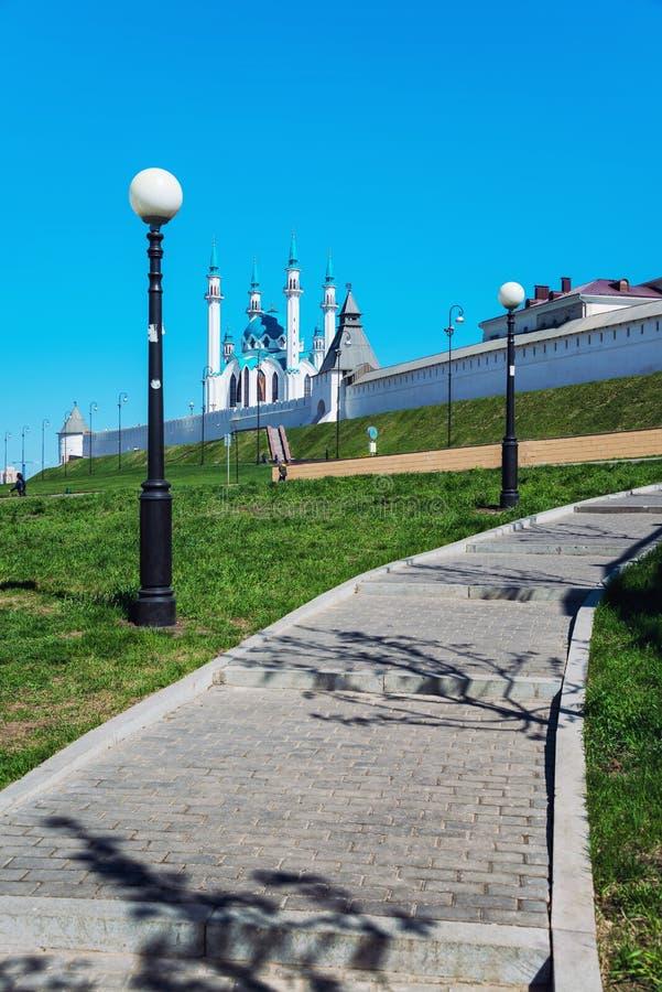 Voetweg die tot Kazan het Kremlin, Rusland leiden royalty-vrije stock afbeeldingen
