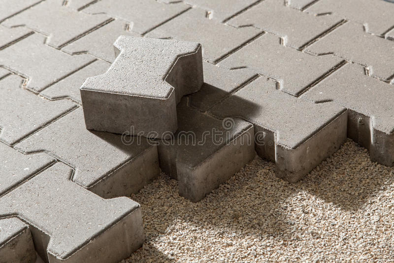 Voetweg met betonmolenbakstenen Stoepbestrating royalty-vrije stock afbeeldingen