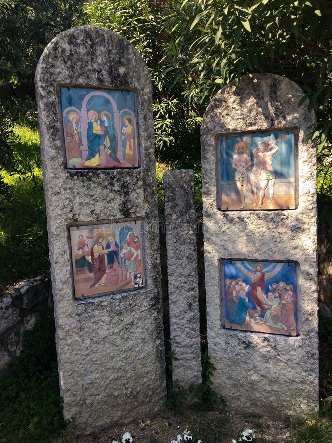 Voetweg met via crucis van het heiligdom van Madonnadi Lourdes Verona Italy royalty-vrije stock afbeelding