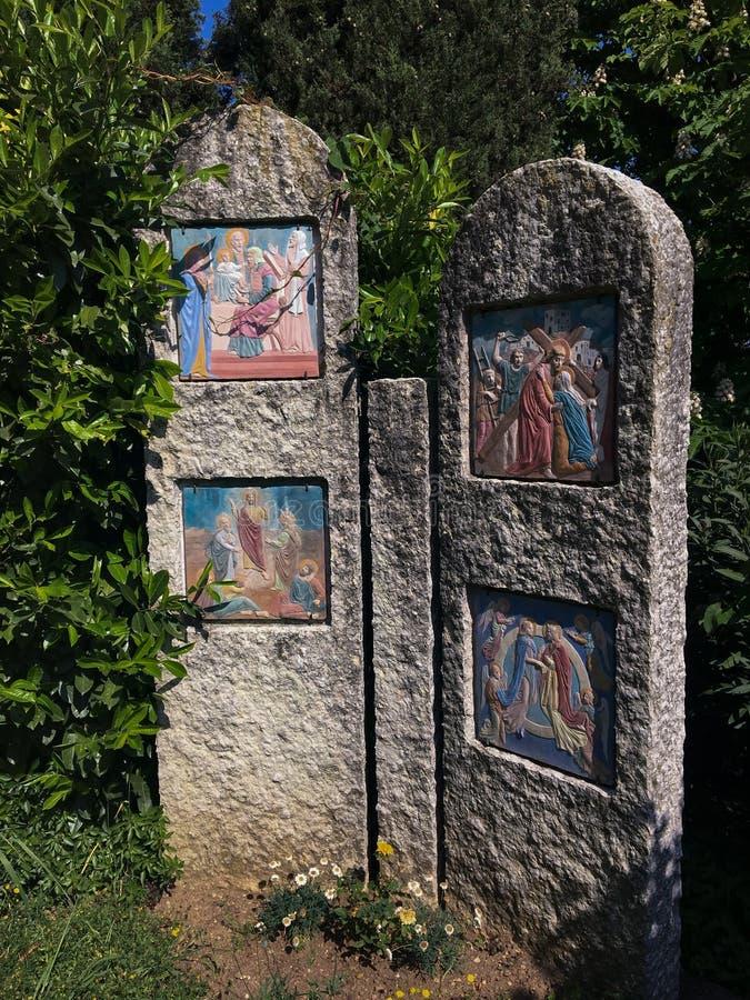 Voetweg met via crucis van het heiligdom van Madonnadi Lourdes Verona Italy royalty-vrije stock foto's