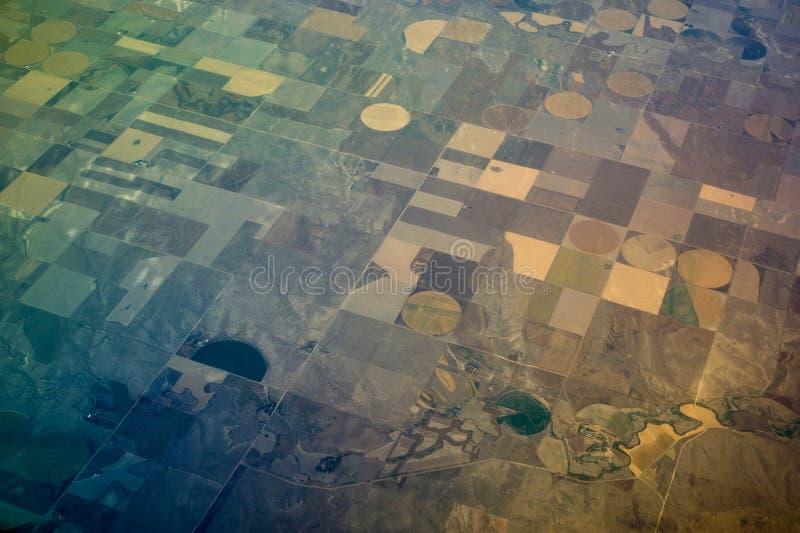 Vogel-Augen-Ansicht der Mitteldrehzapfen-Bewässerung-Landwirtschaft stockfotos