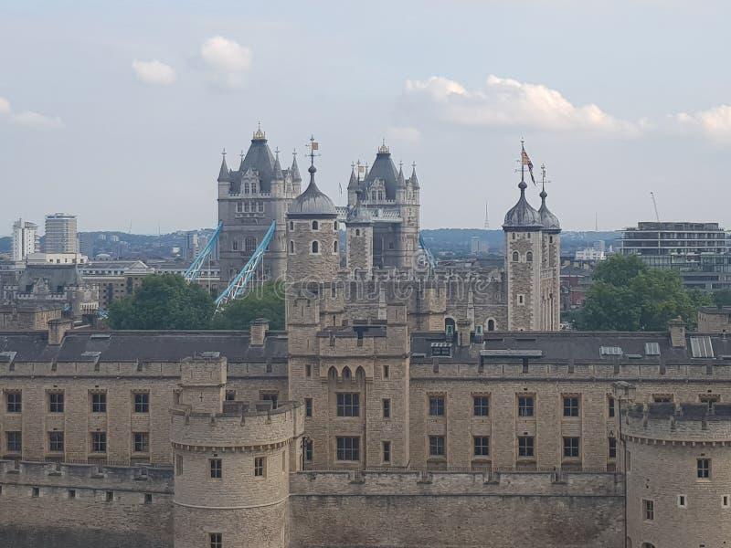 Vogel-Augen-Ansicht der Turm-Brücke u. des Tower von London stockfotos