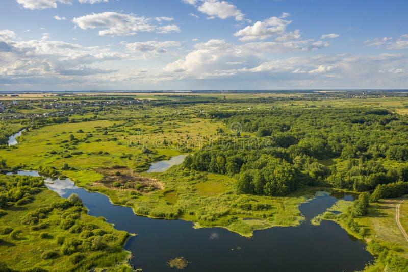 Vogel-Augenansicht der Biegungen der Flusswiesen und -felder lizenzfreie stockbilder
