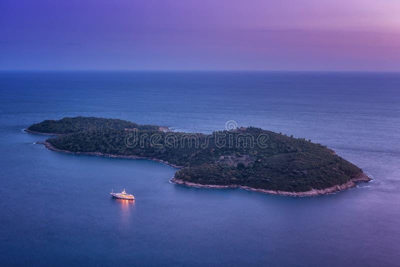 Vogel-Augenansicht von Insel Lokrum nahe Dubrovnik nachts, Kroatien stockfotos