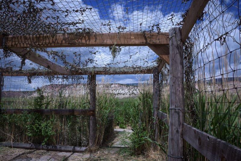 Vogel-blinde Struktur entlang Antrieb der wild lebenden Tiere im Braun parken in Colorado lizenzfreies stockbild