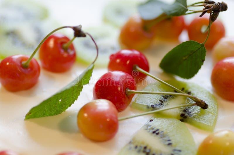 Vogel-kers bloemcake met kersen, aardbeien en kiwi. Macro stock afbeeldingen