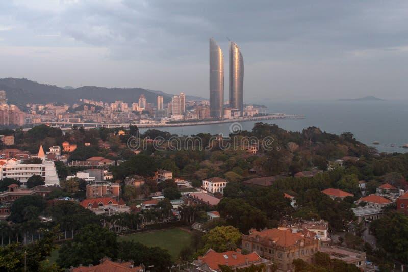 Vogel-oog menings tweelingtorens en Gulangyu-eiland in Xiamen-stad, zuidoostenchina stock afbeeldingen
