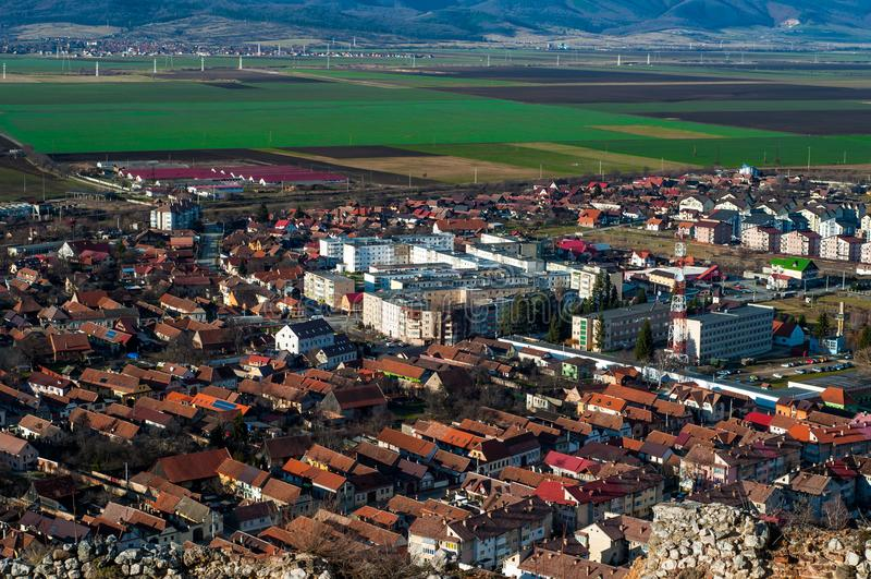 Vogel ` s Augenansicht der Stadt in Rumänien mit Grünfeldern und der Vorberge im Hintergrund stockfotos