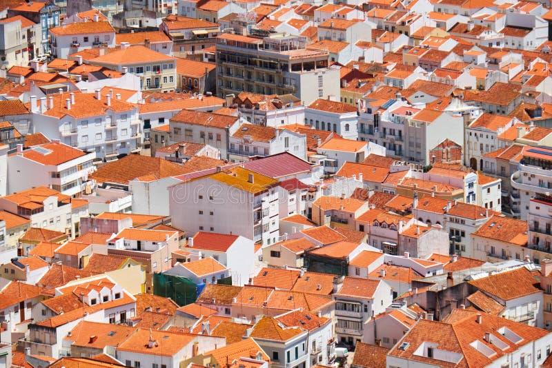 Vogel` s-oog mening over gebouwen rode betegelde daken van Nazare-stad Por stock afbeelding