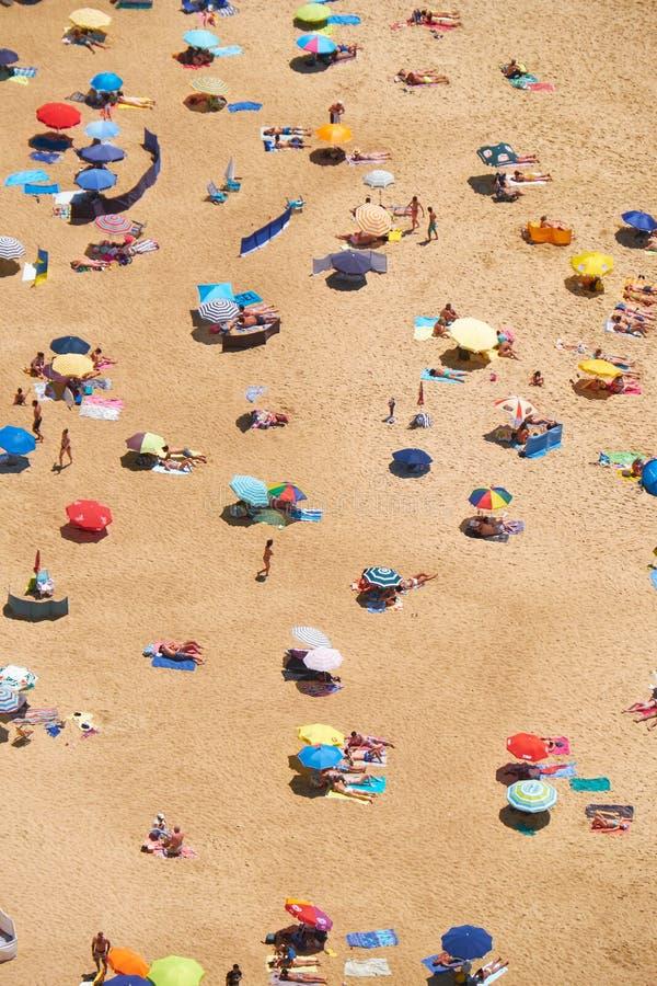 Vogel` s-oog mening over zandige het strandriviera van Nazare op de kust van bij stock foto's