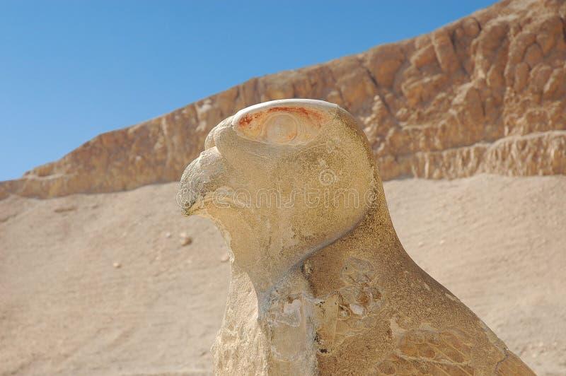 Vogel-Statue am Tempel von Deir EL-Bahriin Luxor, Ägypten lizenzfreie stockbilder