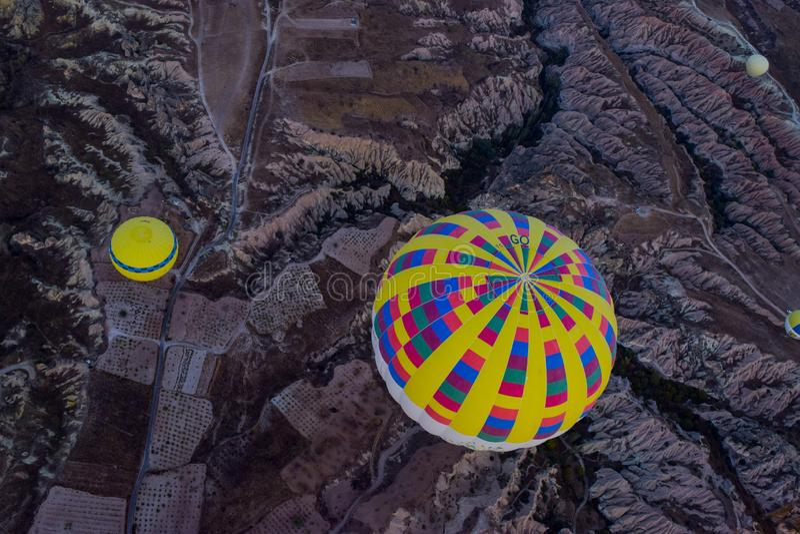 Vogelansicht von Kapadokya-Landschaft mit Heißluftballonen lizenzfreie stockbilder