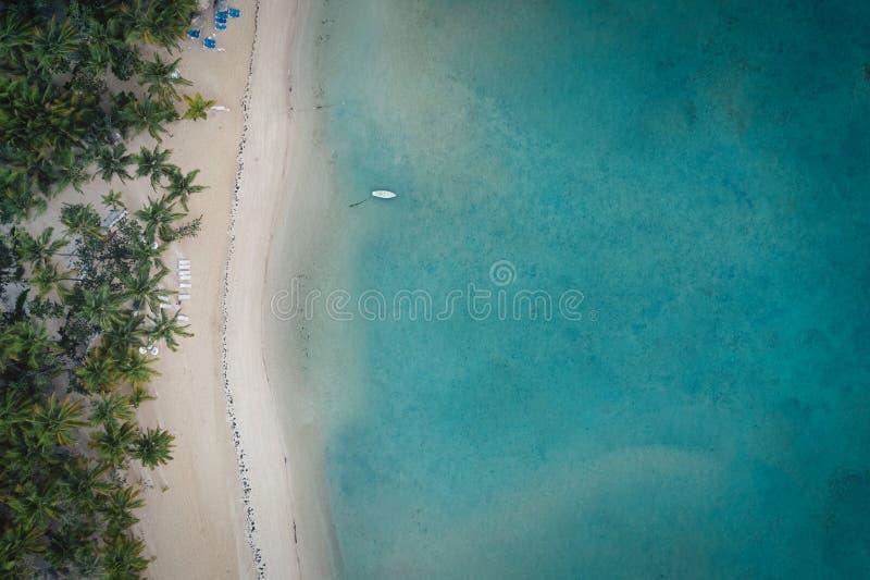 Vogelansichtschuß des Strandes der Dominikanischen Republik lizenzfreies stockbild
