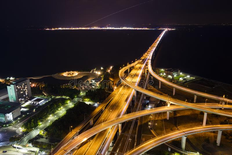 Vogelaugenansicht der Kansai-Flughafennachtansicht von der Landseite stockbild