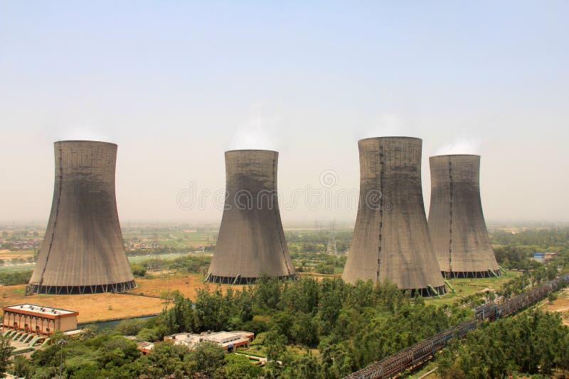Vogelaugenansicht von 4 Kühltürmen Wärmekraftwerk stockfotografie