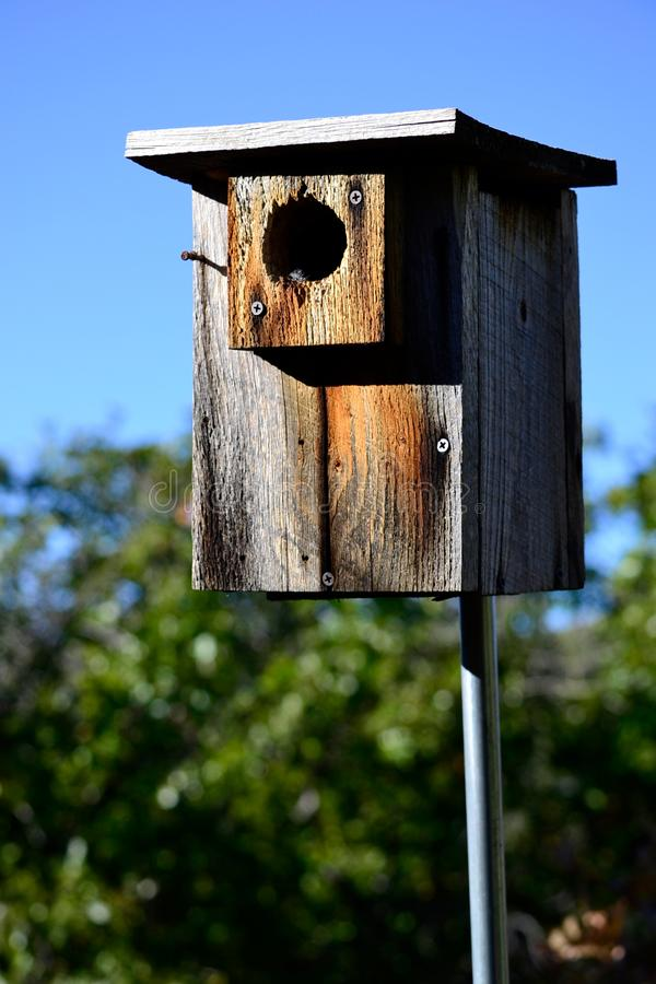Vogelhuis, plattelander met blauwe hemel, uit op een gebied stock afbeelding