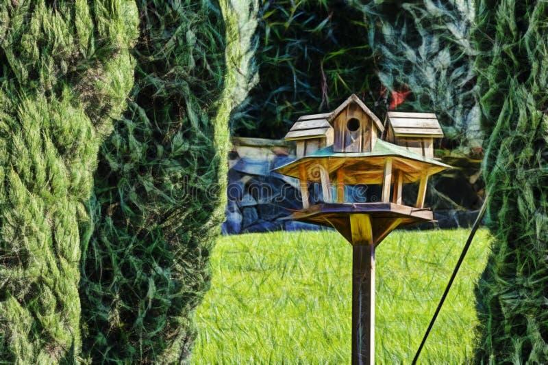 Vogelhuis tussen pijnboombomen stock foto