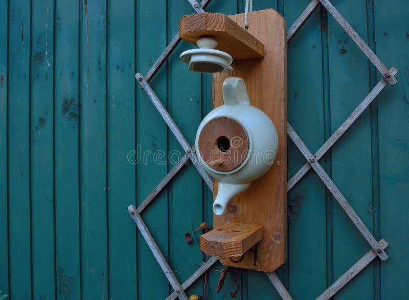 Vogelhuis van een theepot wordt gemaakt die stock afbeelding