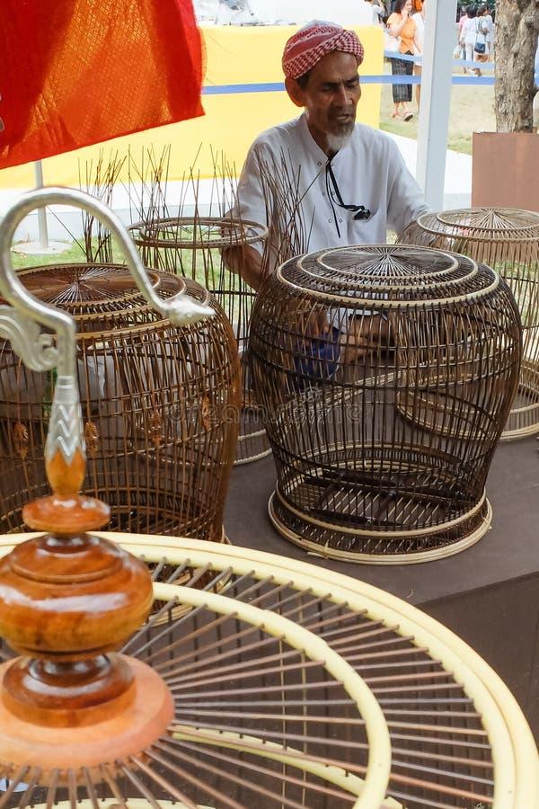 Vogelkäfighersteller an jährlichem kulturellem Festival Lumpini stockfotografie