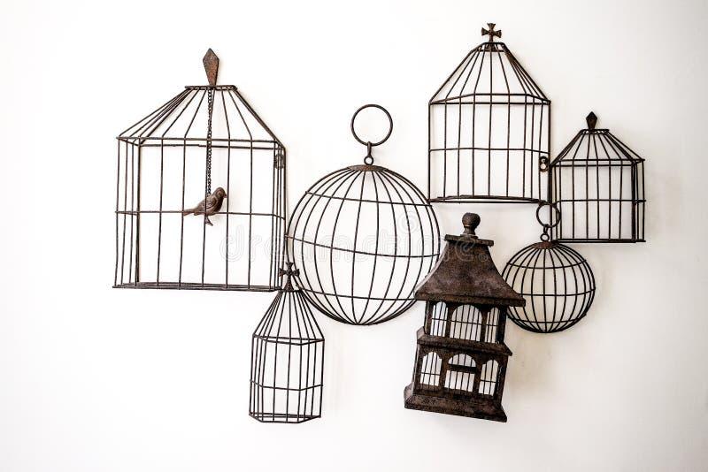 Vogelkooien die op de muur hangen stock foto