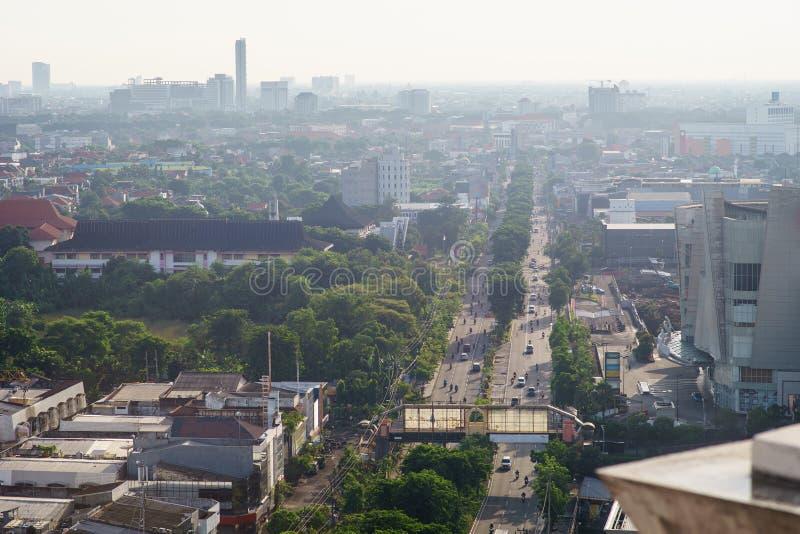 Vogelmening over stad op zonstijging van Surabaya, Indonesië stock fotografie