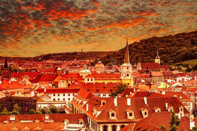 Vogelmening van roodachtige mooie zonsondergang over Praag, Tsjechische Republi stock foto