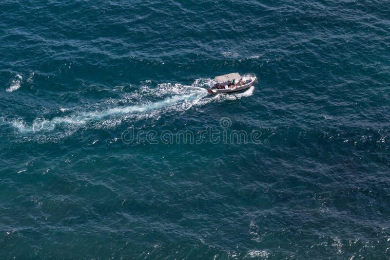 Vogelperspectief op overzees met motorboot met tent stock foto's