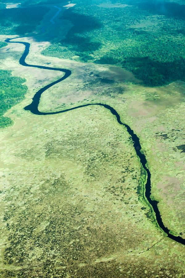 Vogelperspectief van de rivier en de wildernis, dat uit het vliegtuig wordt genomen royalty-vrije stock foto