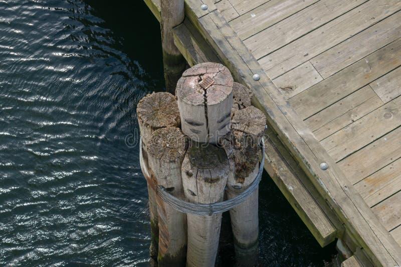 Vogelperspectief van zich het oude dok opstapelen, naast een houten pier bij de pijler van Puntjudith, Rhodes Island royalty-vrije stock foto
