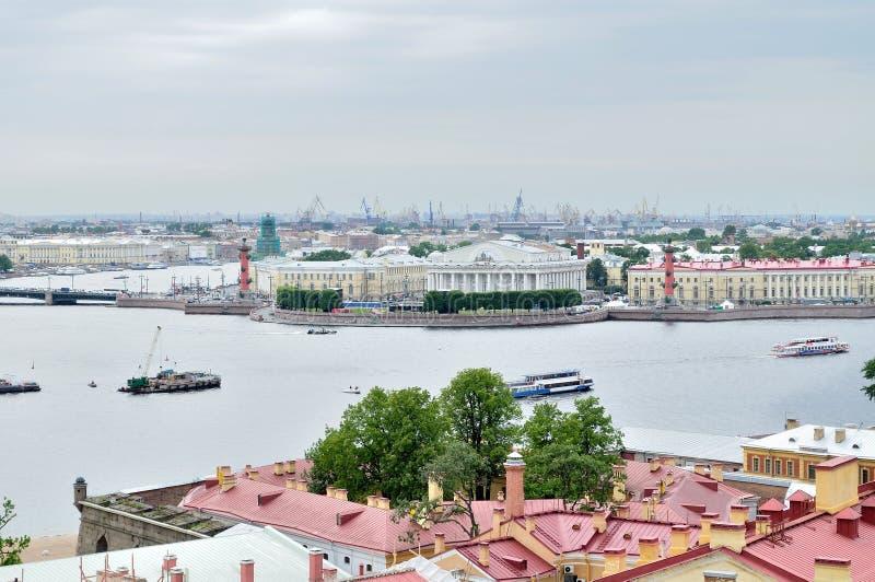 Vogelperspectiefpanorama van Vasilyevsky Island en het watergebied van Neva-rivier in Heilige Petersburg, Rusland royalty-vrije stock fotografie