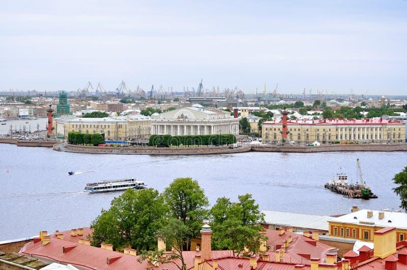 Vogelperspectiefpanorama van Vasilyevsky Island en het watergebied van Neva-rivier in Heilige Petersburg, Rusland stock afbeelding