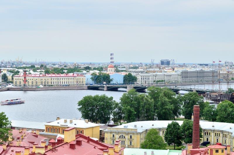 Vogelperspectiefpanorama van Vasilyevsky Island en het watergebied van Neva-rivier in Heilige Petersburg, Rusland royalty-vrije stock afbeelding