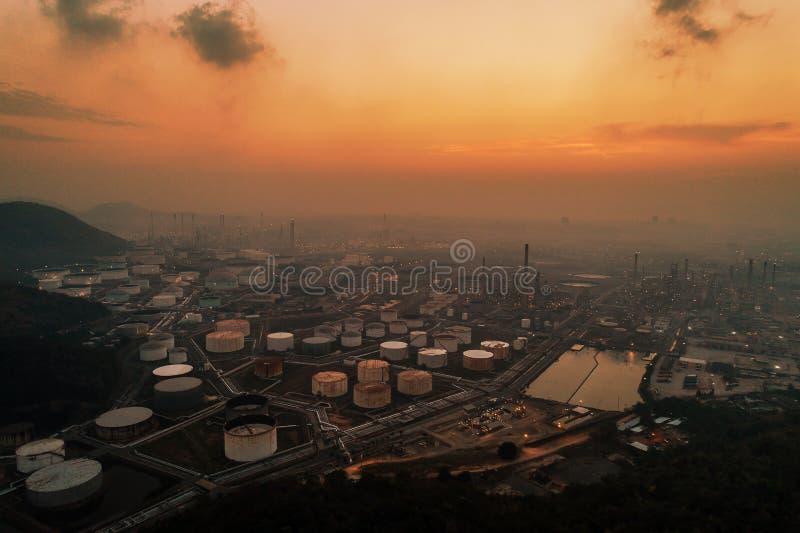 Vogelperspektiveöl- und -gasindustrieraffinerie Erdölchemikalie stockbild