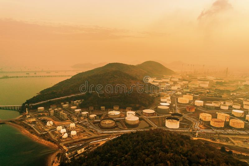 Vogelperspektiveöl- und -gasindustrieraffinerie Erdölchemikalie stockfoto